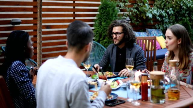 millennial freunde essen vegetarisches essen zusammen - mittagessen stock-videos und b-roll-filmmaterial