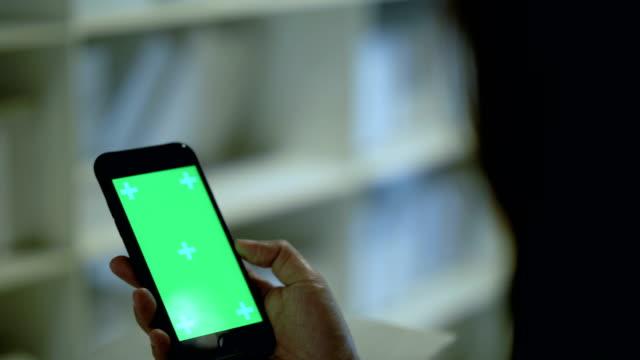 vídeos de stock e filmes b-roll de millennial generation : digital marketing - segurar