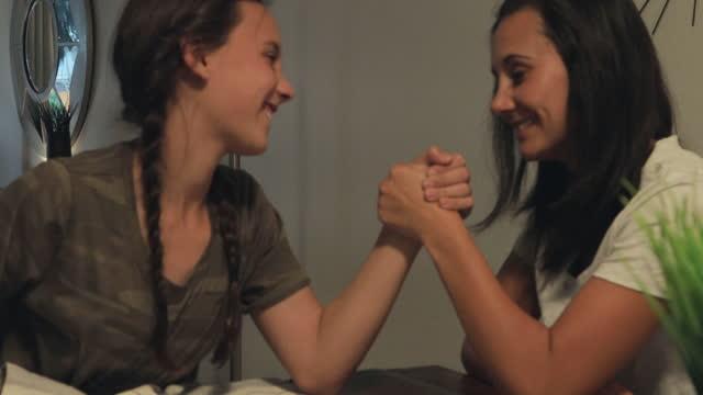 millennial mutter und teenager-tochter genießen qualität zeit spielen spiele zusammen 4k video-serie - armdrücken stock-videos und b-roll-filmmaterial