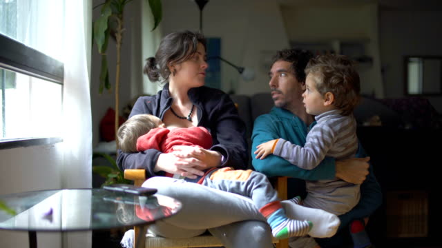 stockvideo's en b-roll-footage met millennial parents - differential focus