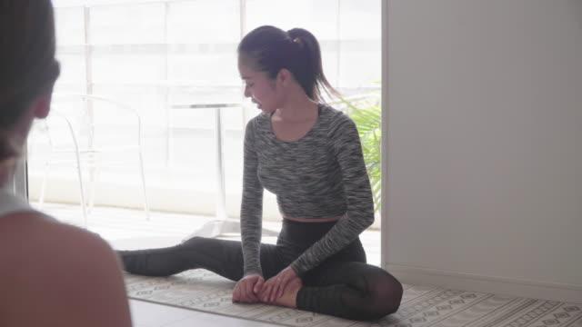 vídeos y material grabado en eventos de stock de mujer de edad milenaria que da una clase de yoga - equilibrio vida trabajo