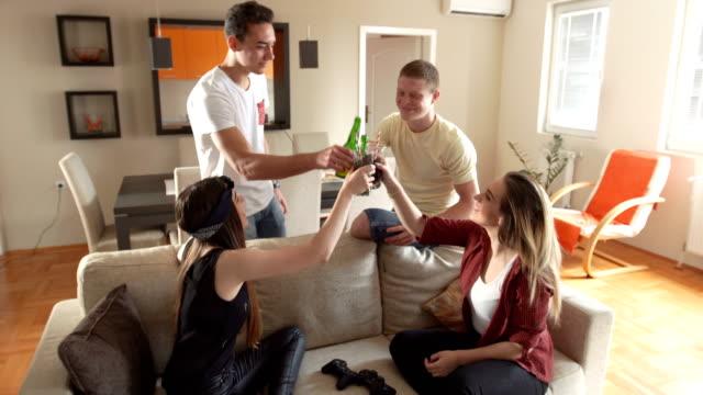 Millennials jubeln zu Hause feiern
