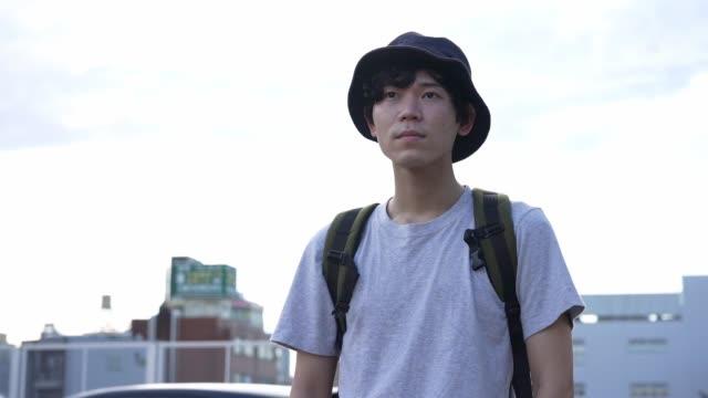 vídeos de stock e filmes b-roll de millennial's dairy life in the suburban city in japan - camisetas