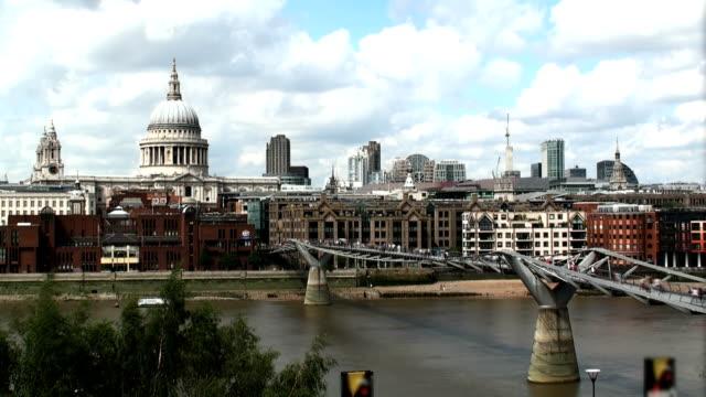 vídeos y material grabado en eventos de stock de millennium bridge y la catedral de saint paul's - puente del milenio londres