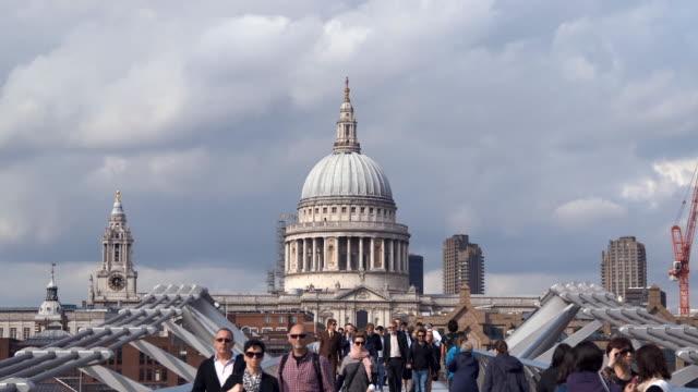 vídeos y material grabado en eventos de stock de puente del milenio en londres (cámara lenta) - puente del milenio londres