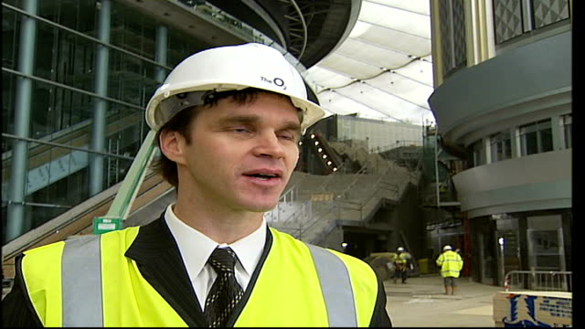 vídeos y material grabado en eventos de stock de millennium dome building to host major league game england london 02 arena luc robitaille interview sot on players' excitement at playing in an new... - luc robitaille
