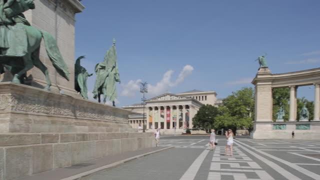 vidéos et rushes de millennium monument, heroes square hosok tere, budapest, hungary, europe - culture hongroise