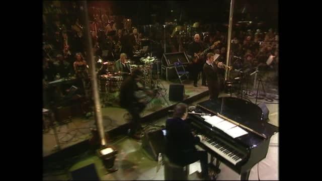 vidéos et rushes de part one: 22.56 - 23.25:; england: london: north greenwich: millennium dome: jools holland and band performing sot - jools holland