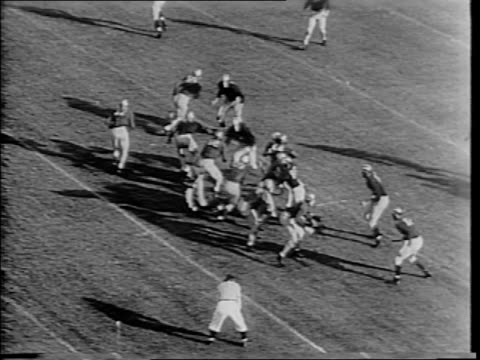 miller big run for notre dame / angelo bertelli to creighton miller for notre dame touchdown / notre dame beats michigan with final score of 35-12. - 1943 stock-videos und b-roll-filmmaterial