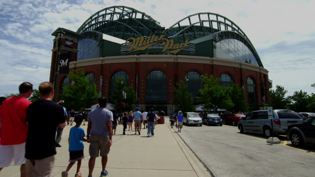 vídeos y material grabado en eventos de stock de miller park, home of the milwaukee brewers, before a game - entrada