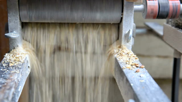 ミーリング大麦の醸造のビール - 潰された点の映像素材/bロール
