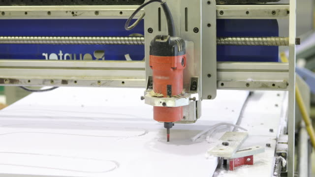 vídeos de stock e filmes b-roll de cnc milling machine moment and working on plastic - passos