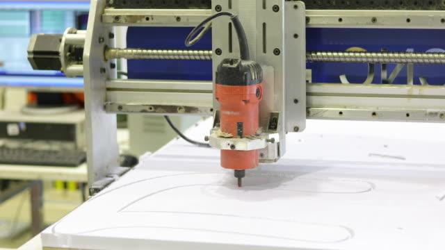 cnc フライス マシン瞬間とプラスチックに取り組んで - 踏む点の映像素材/bロール