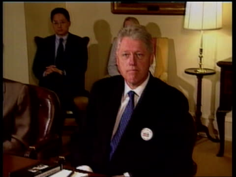 ms 'million mum march' antigun campaigners sitting in meeting with us president bill clinton pan lr clinton ms campaigners in meeting us president... - controllo delle armi da fuoco video stock e b–roll