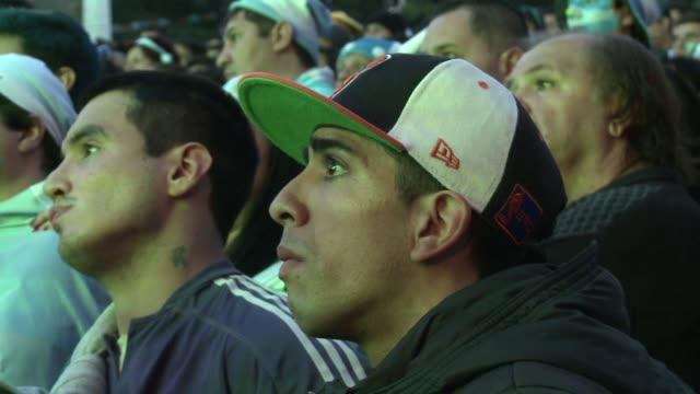 stockvideo's en b-roll-footage met millones de argentinos lloraron la derrota 10 ante alemania en la final del mundial este domingo pero tambien aplaudieron a la seleccion que llego... - 2014