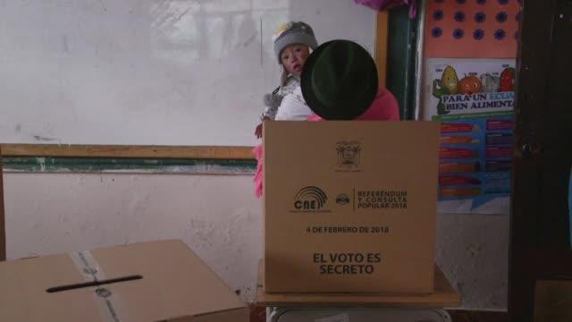 millones de ecuatorianos estaban convocados a las urnas el domingo para votar en una consulta popular convocada por el presidente lenin moreno que... - ecuadorian ethnicity stock videos & royalty-free footage