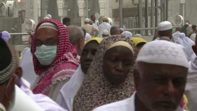 millones de musulmanes se preparan para la peregrinacion sagrada hacia la meca pese a los temores de que el coronavirus mers se propague entre los... - pilgrimage stock videos & royalty-free footage