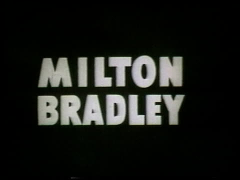 montage milton bradley board gamescommercial - vier personen stock-videos und b-roll-filmmaterial