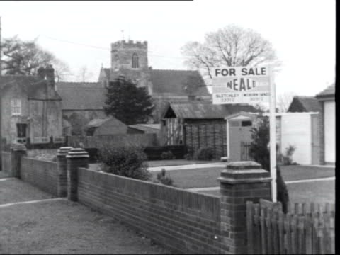 stockvideo's en b-roll-footage met milton keynes new town scheme 46852/37b/6/67 cs sign milton keynes ms sign 'for sale' notice on garden wall ms two cows grazing ms another thatched... - for sale korte frase