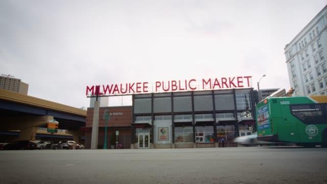 milwaukee public market - downtown time lapse - ウィスコンシン州点の映像素材/bロール