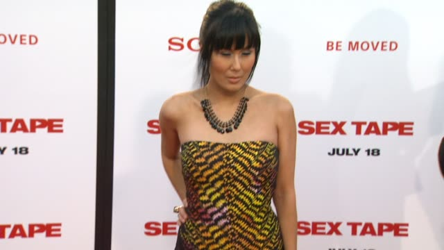 vidéos et rushes de minae noji at the sex tape los angeles premiere at regency village theatre on july 10 2014 in westwood california - westwood village