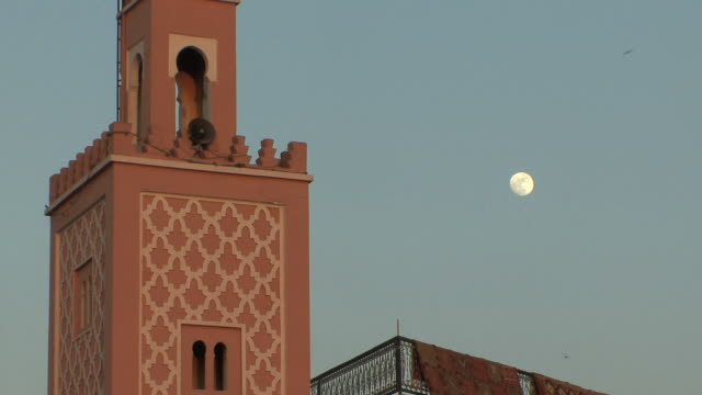 ms td minaret and dried fruits stalls in djemaa el fna square, marrakech, morocco - モロッコ文化点の映像素材/bロール