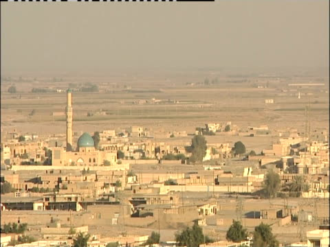 a minaret overlooks the desert landscape of samarra, iraq. - minaret stock videos & royalty-free footage