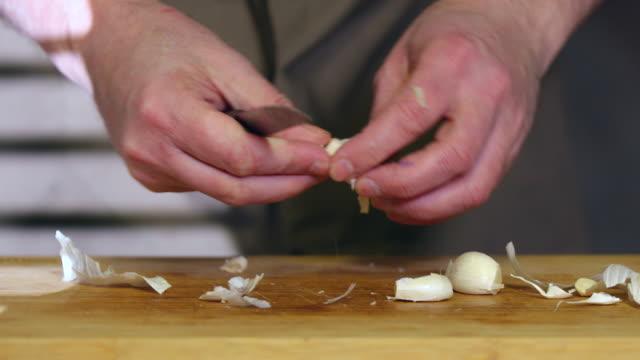 vídeos de stock e filmes b-roll de minced garlic. - só homens maduros