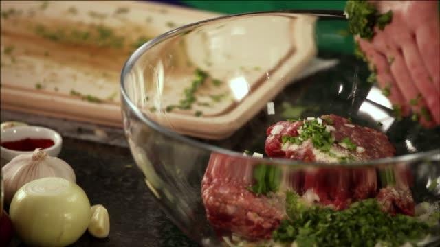 minced meat, onion and parsley in bowl - ブドウの葉点の映像素材/bロール