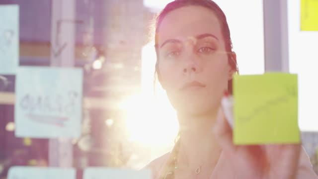 vídeos de stock, filmes e b-roll de mapeamento mental ajuda a organizar seus pensamentos - 4k resolution