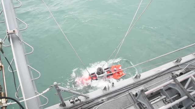 mine neutralization vehicle operations aboard the avengerclass mine countermeasures ship uss chief in pacific ocean south korea - undersea stock videos & royalty-free footage