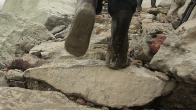 vídeos de stock e filmes b-roll de ms pov miner climbing the ijen volcano crater carrying sulfur / ijen, java, indonesia - mineiro trabalhador manual
