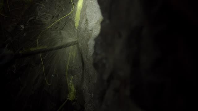 vídeos de stock e filmes b-roll de cu of miner pumping explosives in mine tunnel - mineiro trabalhador manual
