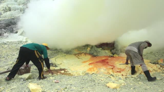 vídeos de stock e filmes b-roll de ms miners at the ijen volcano crater between the toxic clouds / ijen, java, indonesia - mineiro trabalhador manual