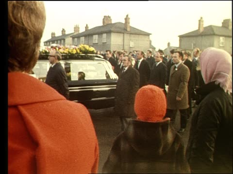 5000 miners attend the funeral of fred matthews who was killed in an incident with a lorry whilst picketing at a lincolnshire power station during... - streikposten stock-videos und b-roll-filmmaterial
