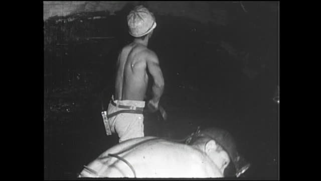 miners dig coal in the chikuho mine in fukuoka, japan. - 掘る点の映像素材/bロール
