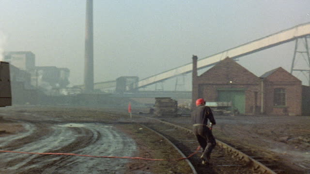 vídeos de stock e filmes b-roll de 1971 montage miners having a fire drill at a colliery / yorkshire, england, united kingdom - simulacro de emergência