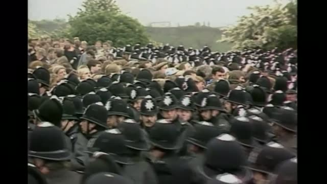 vidéos et rushes de battle of orgreave: bottomley joins calls for inquiry; cutaways june 1984 england: yorkshire: orgreave: various of police officers and miners clashing - yorkshire