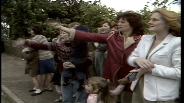 miners' strike day 186 shirebrook england north derbyshire shirebrook wives children going down to picket line track ms vox pops wives on the strike... - streikposten stock-videos und b-roll-filmmaterial
