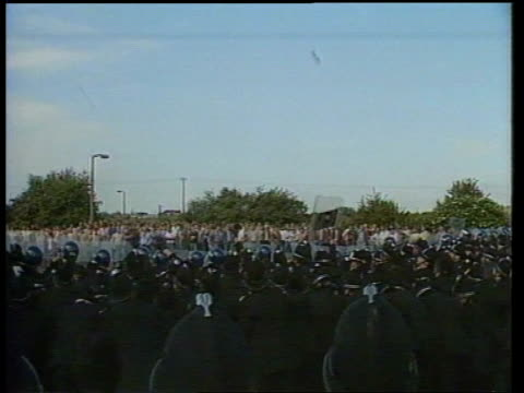 miners strike itn lib ms mass police pushing back mass pickets bv police line as pickets throw stones at them ms policeman hitting picket repeatedly... - 1984 stock-videos und b-roll-filmmaterial
