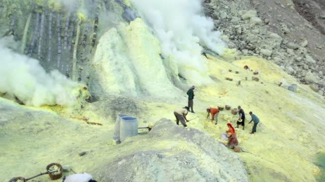 vídeos de stock e filmes b-roll de ws miners working at the sulfur extraction on the ijen volcano / ijen, java, indonesia - mineiro trabalhador manual