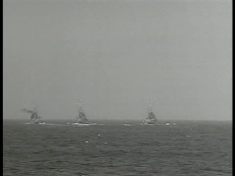 vídeos de stock, filmes e b-roll de minesweeper ships at sea atlantic ocean ws minesweeper rope in water ws mine exploding in water at sea world war ii - oceano atlântico