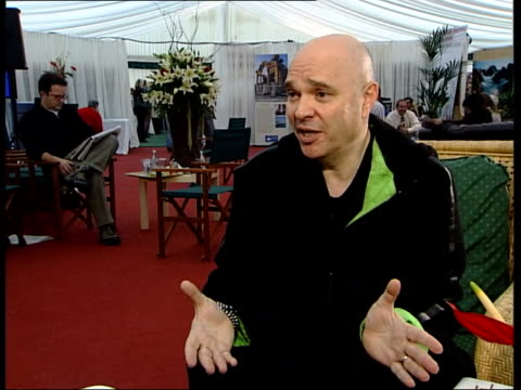 vidéos et rushes de minghella interviewed sot - mostly didn't want to do another movie in which people couldn't wear jeans/ process of making historical films so... - anthony minghella