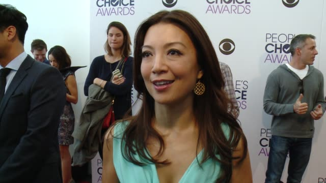 vídeos y material grabado en eventos de stock de interview mingna wen on being part of the pca nominations having jane lynch help her with the teleprompter what makes the pcas special and talks... - teleprompter