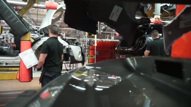 bmw mini cooper's being built on car production line at the cowley plant in oxford - 自動車ブランド mini点の映像素材/bロール