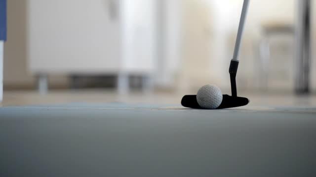 vídeos y material grabado en eventos de stock de mini golf de oficina - putt