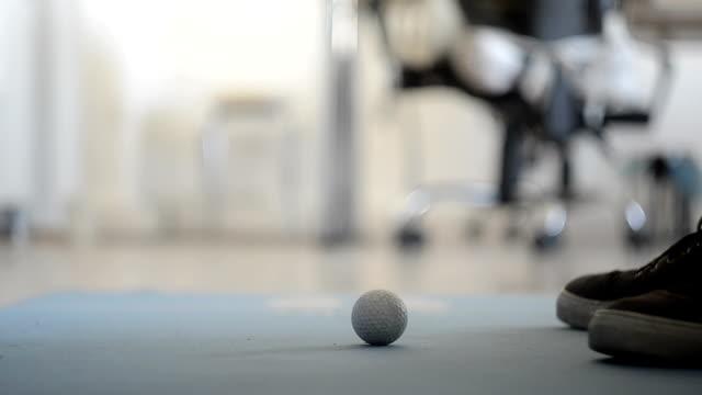 mini-golf im büro - minigolf stock-videos und b-roll-filmmaterial