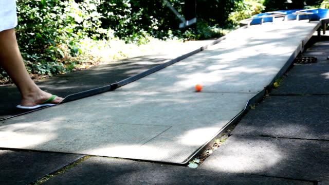 mini-golf - minigolf stock-videos und b-roll-filmmaterial
