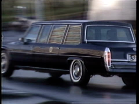 vídeos de stock, filmes e b-roll de reykjavik reagan motorcade hofdi hse as reagan in gorbachev car russians in - 1986