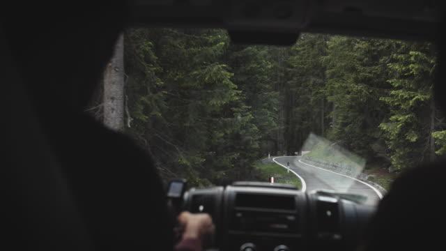 vidéos et rushes de mini van se déplaçant par la montagne dans l'emplacement éloigné - remote location